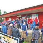 Bau-Stadtrat Ernst Zülle (Mitte, Lederjacke) kam zum Ortstermin und berichtete zahlreichen Kleingärtnern und Mitgliedern des AS Calcio. (Bild: sb)