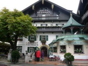 Das Hotel Neuhaus mitten in Mayrhofen. (Bild: zvg)