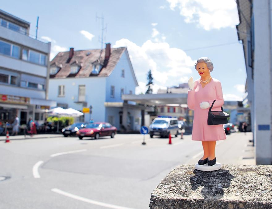 Die Queen winkt am Schweizer Zoll: Goodbye Europa.(Bild: vf)