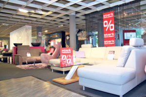 Im Erdgeschoss vom Möbelhaus sit Down wird Platz gemacht für die Markenabteilung. Die perfekte Gelegenheit ein Schnäppchen zu machen. (Bild: ek)