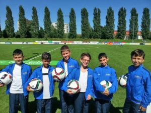 Die Junioren des AS Calcio freuen sich über neue Trainingsjacken. (Bild: zvg)