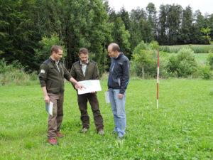 Kantonsforstingenieur Daniel Böhi, Ruedi Lengweiler vom Forstamt und Thomas Fröhlich vom Landwirtschaftsamt (v.l.n.r.) erläuterten die Vorteile der statischen Waldgrenze. (Bilder: zvg)
