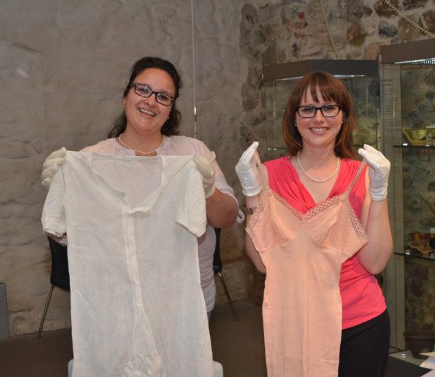 Katharina Maier (links) und Astrid Deterling präsentieren historische Wäsche. (Bild: zvg)