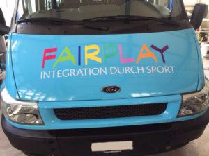 Der Slogan «Fairplay – Integration durch Sport» ist auch auf dem neuen Bus des AS Calcios deutlich zu erkennen. (Bild: zvg)