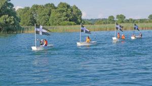 Das liess die Herzen höher schlagen: Als Premiere zogen sechs kleine, mit Gottlieber Flaggen bestückte Optimisten-Boote auf dem Seerhein ihre Runden. (Bild: Martin Bächer)