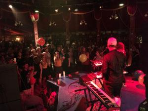 Party im Spiegelzelt bei der Band «Grossstadtgeflüster». (Bild: kultling)