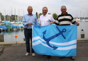 Andi Giger (v. links), Thomas Beringer und Ernst Zollinger hissen freudig den blauen Anker. (Bild: zvg)