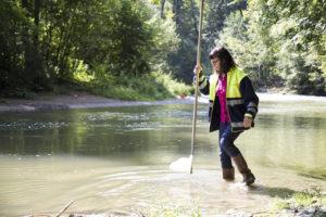 Gewässerbiologin Margie Koster nimmt eine Wasserprobe aus der Murg. (Bild: zvg)