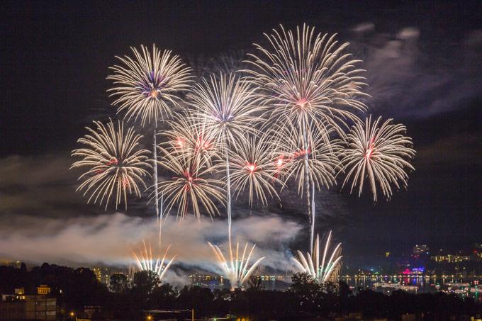 Palmen über Kreuzlingen: Das Feuerwerk war in diesem Jahr besonders bombastisch. (Bild: Rainer Awiszus-Emser)