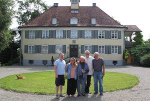 Regisseurin Ute Fuchs (Mitte) mit ihrem Ensemble vor dem Schloss. (Bild: vf)