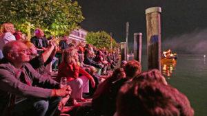 Fasziniert verfolgen die zahlreichen Zuschauerinnen und Zuschauer auf der Gottlieber Promenade das grandiose Feuerwerk über dem Seerhein. (Bild: Martin Bächer)