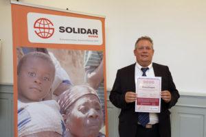 Stadtschreiber Thomas Niederberger holte die Auszeichnung von Solidar Suisse persönlich ab. (Bild: Solidar Suisse)