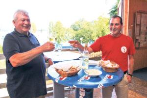 Hafenmeister Josef Hess (l.) und Alfredo Sanfilippo degustieren vorab schon einmal Hecht-Knusperli und gebackene Chretzer. (Bild: ek)