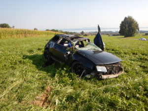 Das Auto hat sich in der Wiese mehrfach überschlagen. (Bild: Kapo TG)