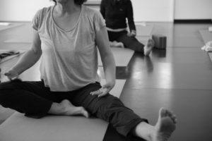Aufrecht sitzen oder Beine anwinkeln verlangen ein komplexes Zusammenspiel von Muskeln und Gelenken. (Bild: Svastikasana)