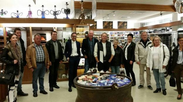Die SVP war zu Gast bei Zigarrenhändler Portmann. (Bild: zvg)