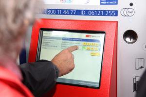 Am Kurs gibt's unter anderem Tipps zum Umgang mit dem Billettautomaten. (Bild: zvg)