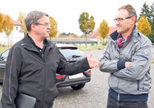 Quartiervereinspräsidenten Christian Brändli (l.) und Rainer Keller auf dem tristen Bärenplatz, der heute hauptsächlich als Parkplatz dient. (Bild: sb)
