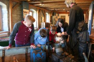 Hund Schnufferl und die Kinder beim Fischer. (Bild: zvg)