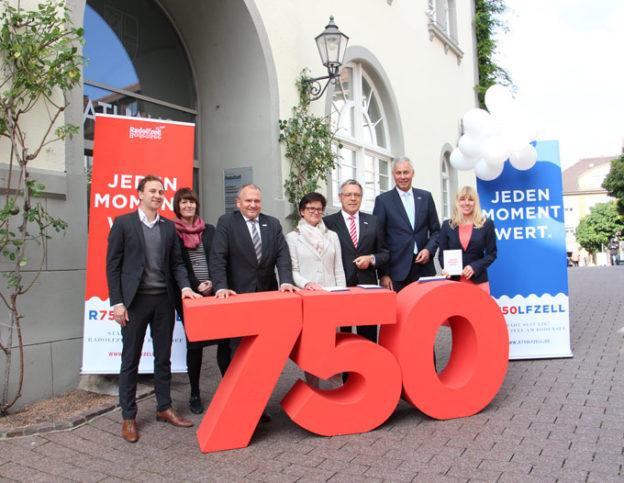 Freuen sich auf das Jubiläum: das Team des Stadtmarketings und die Sponsoren. (Bild: zvg)