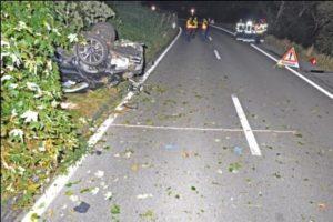 Beim Unfall wurden vier Personen verletzt, ein Mann schwebt in Lebensgefahr. (Bild: Kapo TG)