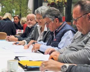 Zufriedene Gesichter: (v.l.) Peter Stäheli, Anna Jäger, Carl Ruch und Urs Siegfried unterzeichnen die Verträge während des Mitarbeiter-Znünis. (Bild: sb)