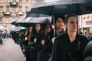 Über 200 Teilnehmerinnen und ein Team mit Infoflyern setzen beim Konstanzer Walk for Freedom ein Zeichen gegen Menschenhandel. (Bild: Veranstalter)
