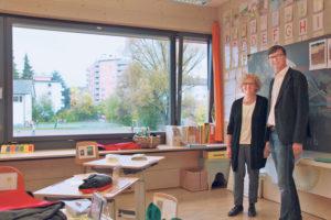 Elisabeth Stickl, Leiterin Sonderschulheim Ekkharthof und Jürg Bregenzer, Vorsitzender der Institutionsleitung Ekkharthof, in einem der Klassenzimmer im HPZ mit Blick auf die gemeinsame Wehrli-Spielwiese. (Bild: ek)