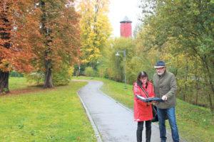 Stadträtin Dorena Raggenbass und Architekt Bernard Roth betrachten die möglichen Standorte für das Kunstwerk.(Bild: ek)