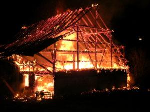Das leerstehende Haus und die angebaute Scheune brannten vollständig aus. (Bild: Kapo TG)