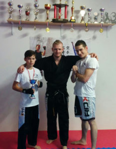 Shayden Sannemann und Oliver Adlung mit ihrem Trainer Chris Marx (m.). (Bild: zvg)