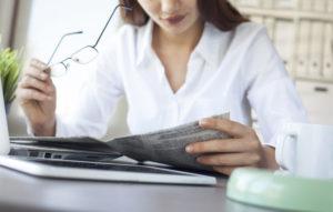 Mit Inseraten in Printmedien erreichen die Angebote rasch die Zielgruppe. (Bild: sebra – Fotolia.com)