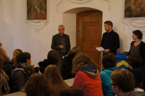 Rektor Lorenz Zubler und die Leiter des Konvikts, Beni Merk und Marina Biber, (v.l.n.r.) erklären die PMS. (Bild: zvg)