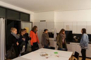 Die Zweitklässlerin Manon Keller (rechts)  zeigt  Interessentinnen eine Gemeinsschaftsküche im Konvikt. (Bild: zvg)