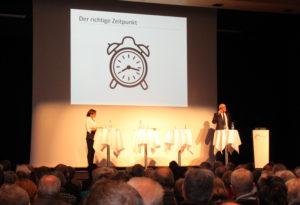 """Klare Bildsprache beim Vortrag des Stadtpräsidenten: """"Jetzt ist der richtige Zeitpunkt."""" (Bild: ek)"""