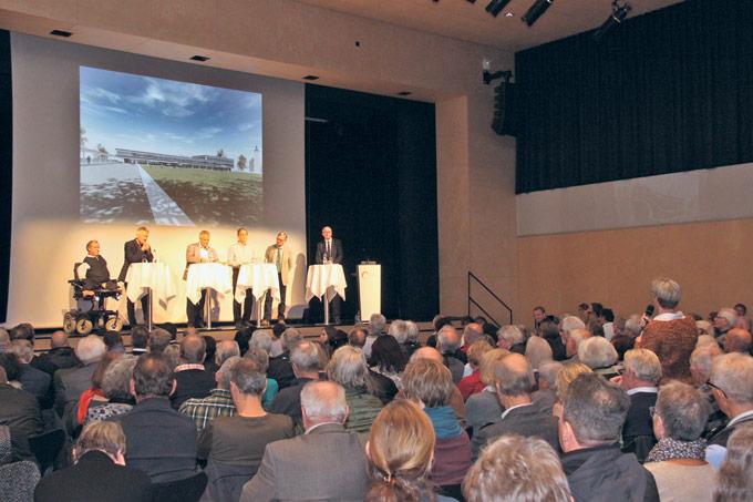 Zahlreiche Voten aus dem Publikum (hier: Gerda Imesch) gab es am gut besuchten Podium zum Neubau des Stadthauses. (Bild: Emil Keller)
