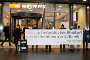 Gestern Morgen hat eine Delegation des VCS die Unterschriftenbögen am Hauptsitz der SBB abgegeben. (Bild: zvg)