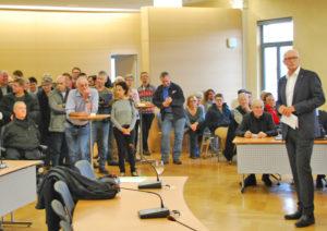 Anspannung vor der Ergebnisverkündung im Rathaus am Sonntag. (Bilder sb)