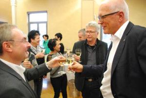 Die Stadträte Thomas Beringer (l.) und Ernst Zülle stossen mit Stadtpräsident Andreas Netzle (m.) auf das Ergebnis an.