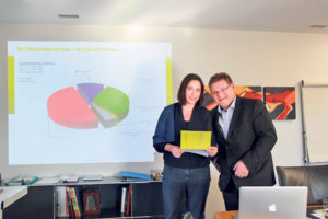 Finanzchefin Susanne Burgmer und Schulpräsident René Zweifel erläutern das Budget 2017 der Primar- und Sekundarschulgemeinde. (Bild: ek)