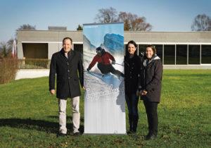 Die Messeleiterin der GEWA Kreuzlingen, Jasmin Köstli (m.), begrüsst Sonja Fuchs (Leiterin Marketing Toggenburg Tourismus) und Michael Max Müller (Hotelier) aus Wildhaus auf dem Messegelände im Zentrum von Kreuzlingen. (Bild: zvg)